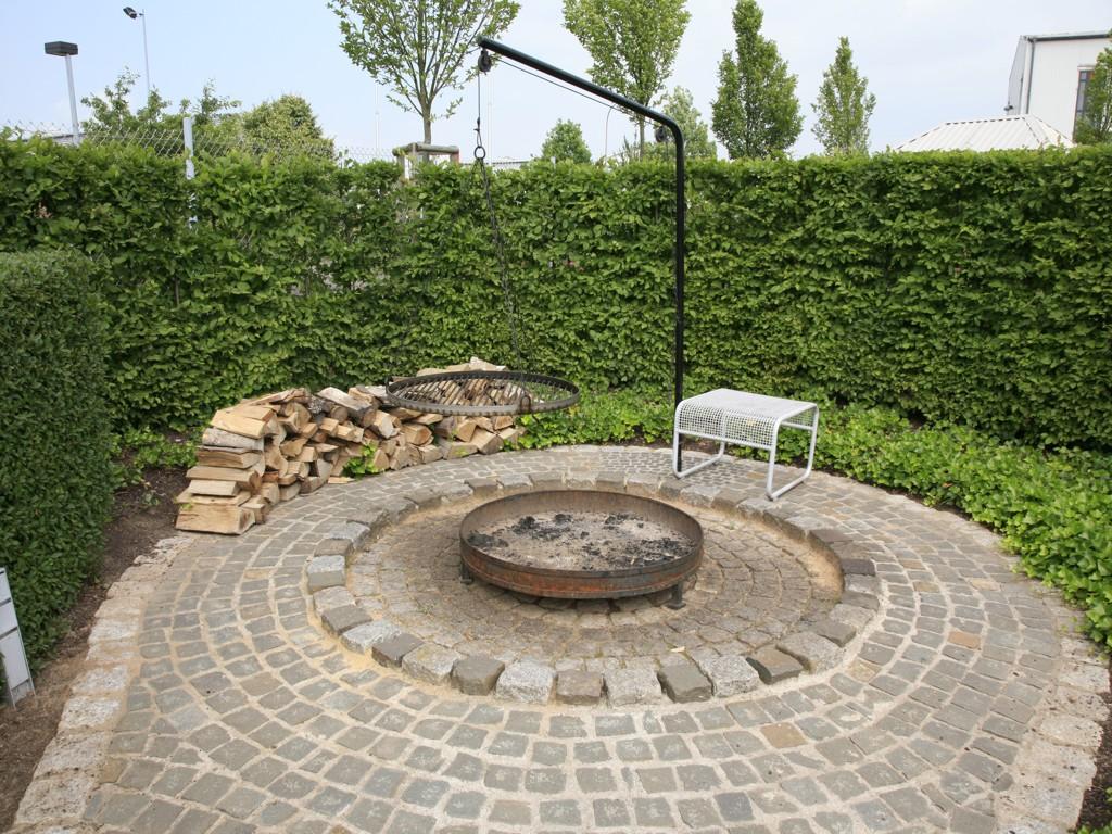 garten blog hanglage garten anlegen wiese naturgarten bett. Black Bedroom Furniture Sets. Home Design Ideas